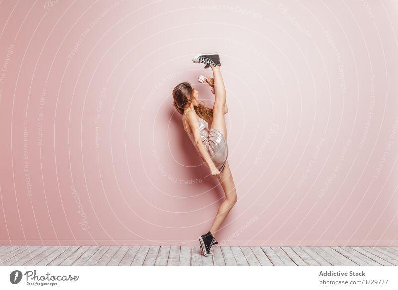Junges Mädchen mit einem Telefon auf rosa Hintergrund im Innenbereich genießen Sommer Genuss singen Europäer stylisch 20s Wand Mode Atelier zuhören Tanzen