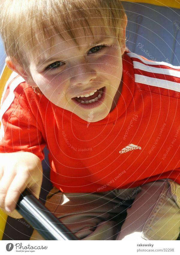 Kind in Schlauchbot Wasser Sonne Sommer Freude Meer Spielen Junge Glück lachen Wasserfahrzeug Fröhlichkeit grinsen Ereignisse Schlauchboot