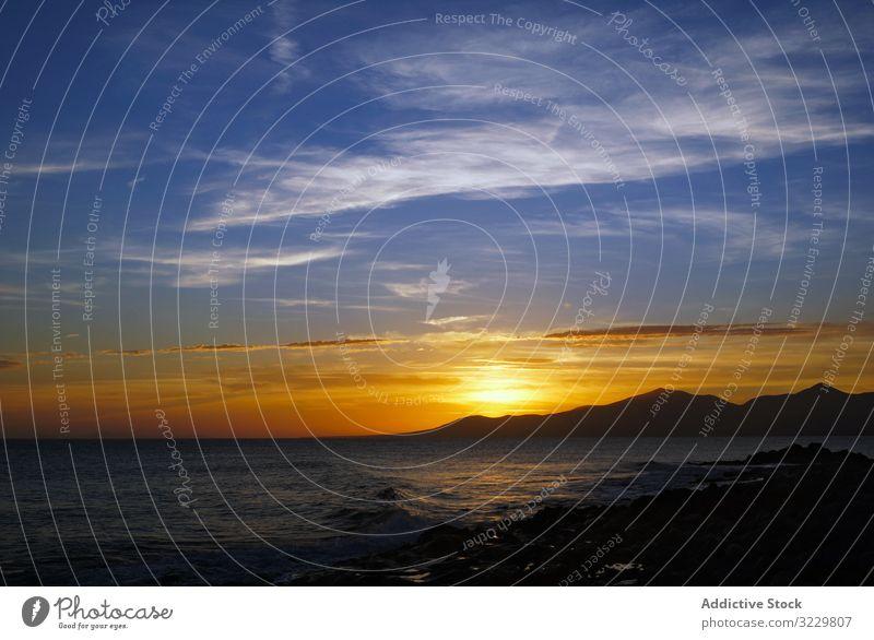 Abendlandschaft mit Meereswellen und felsigem Meer Seeküste winken Sonnenuntergang reisen Horizont Himmel malerisch Strand Ufer Meereslandschaft Natur Feiertag