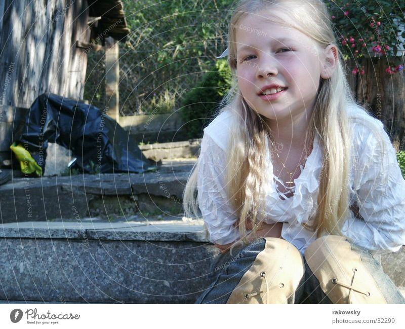 fröhliches Kind Kind Natur Mädchen Sonne Freude Garten blond Fröhlichkeit Treppe Schüchternheit