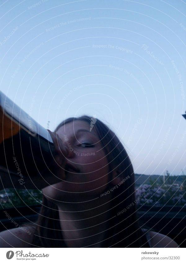 Mädchen an Flasche Frau dunkel Bier Balkon Alkohol Mensch