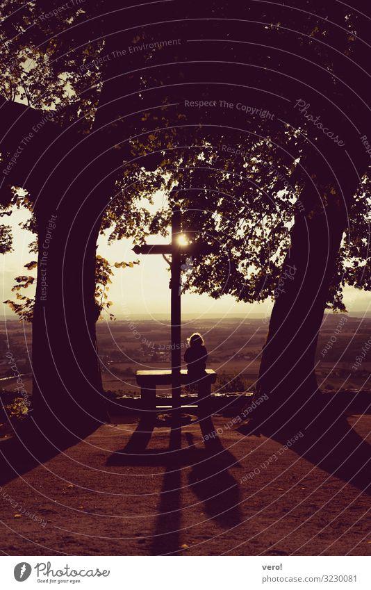 Blick nach vorn Kind 1 Mensch Landschaft Herbst Hügel Kreuz beobachten Erholung genießen hocken leuchten sitzen träumen außergewöhnlich Glück Unendlichkeit
