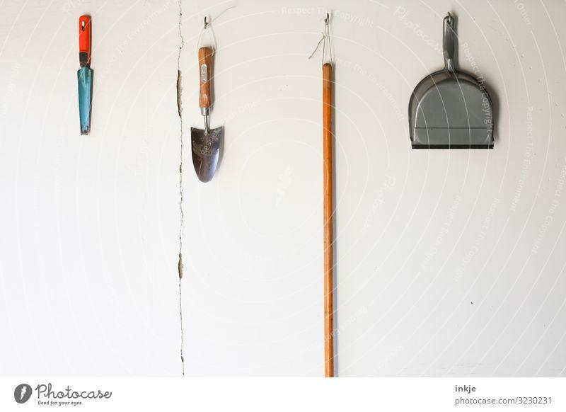 Gartengeräte Gartenarbeit Menschenleer Mauer Wand Schaufel Besenstiel Kehrblech hängen authentisch einfach Ordnung Reihe nebeneinander Farbfoto Außenaufnahme