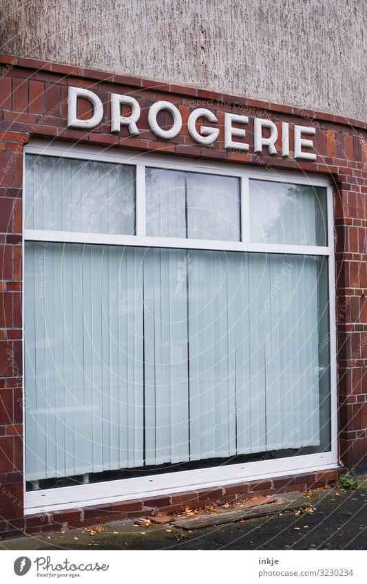 Hinter geschlossenen Gardinen Handel Dienstleistungsgewerbe Gesundheitswesen Drogerie Dorf Kleinstadt Menschenleer Ladengeschäft Fassade Fenster Schaufenster
