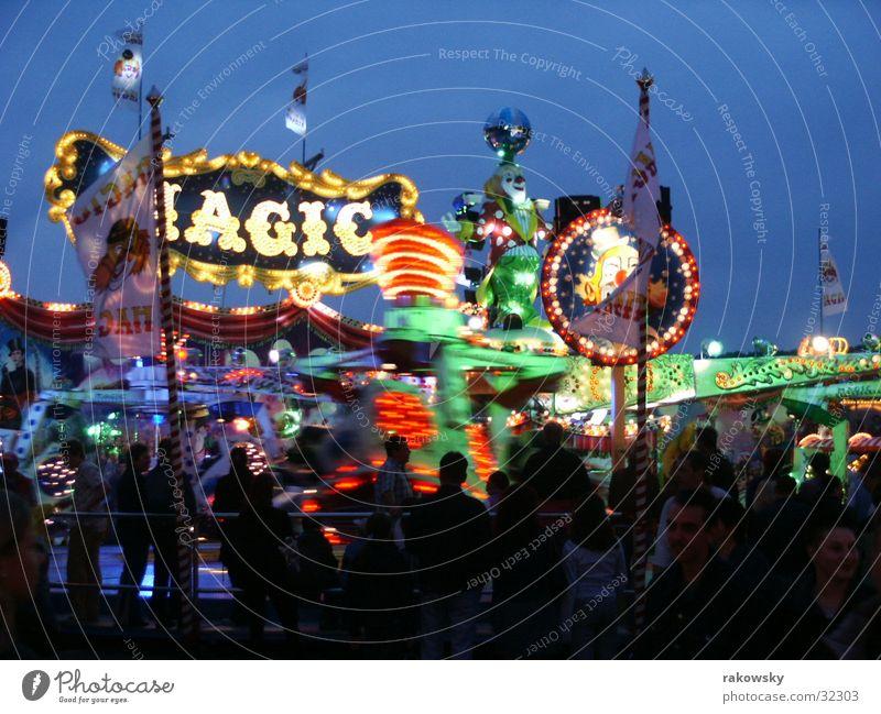 Volksfest Achterbahn Jahrmarkt Nacht Dämmerung Abend Licht Lichtspiel Würzburg Langzeitbelichtung kiliani Mensch langszeitbelichtung