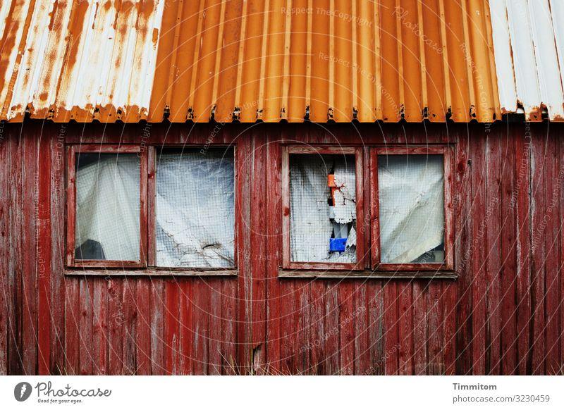 Recht stabil und verschlossen Ferien & Urlaub & Reisen alt blau weiß rot Fenster Holz Senior Gefühle Fassade Metall dreckig Glas Vergänglichkeit Dach Kunststoff