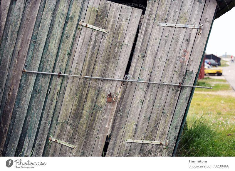 Wenig stabil und verschlossen Ferien & Urlaub & Reisen Fischereiwirtschaft Gras Dänemark Fischerhütte Fassade Dach Schloss Stab Holz Metall alt kaputt trashig