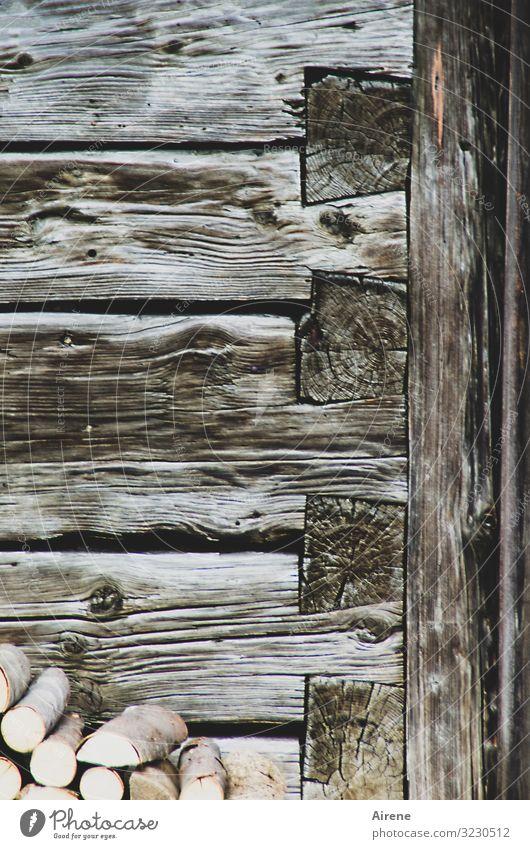 fest gefügt Häusliches Leben Dorf Haus Hütte Holzhaus Fassade Holzbauweise Blockhaus Tür Brennholz Holzstapel Balken Linie Streifen alt Originalität braun
