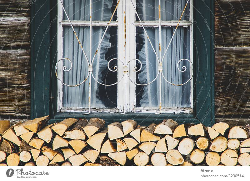 drinnen die warme Stube grün weiß Haus Fenster Holz Wärme natürlich braun Fassade Zufriedenheit Dekoration & Verzierung Idylle Romantik Freundlichkeit Tradition