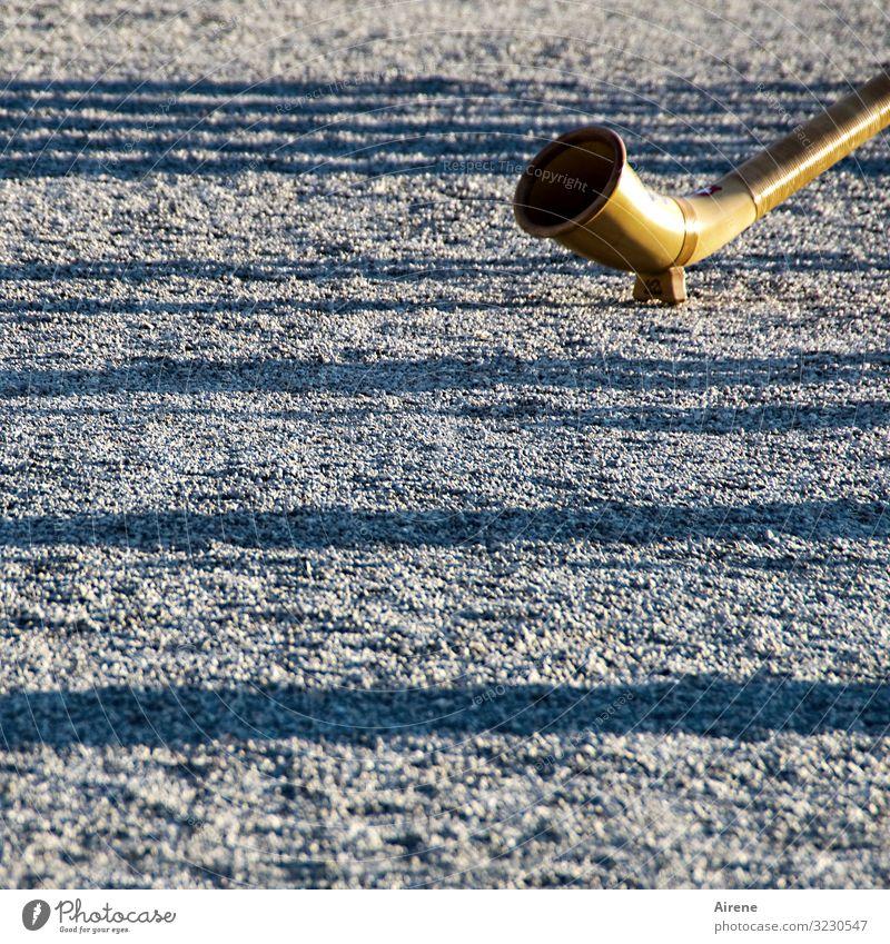 Blasrohr Musik Alphorn Musikinstrument Blasinstrumente Schönes Wetter Menschenleer Platz Park kiesbedeckt Sand Linie Streifen Schattenspiel glänzend groß lang