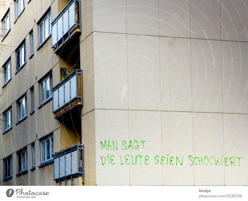 Provokation Stadt Haus Hochhaus Mauer Wand Fassade Balkon Fenster Schriftzeichen Graffiti authentisch frech hoch rebellisch grau grün Laster Überraschung Wut