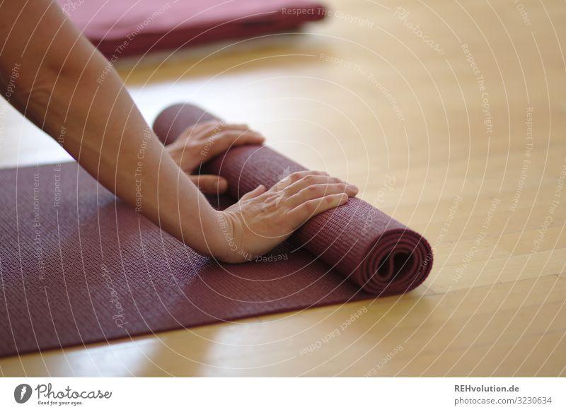 ausrollen einer Yogamatte Lifestyle Stil Glück Gesundheit sportlich Fitness Wohlgefühl Zufriedenheit Erholung ruhig Meditation Freizeit & Hobby Erwachsene Arme