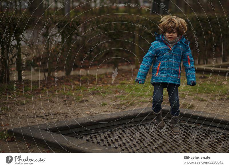 Junge springt auf einem Trampolin Blick nach vorn Ganzkörperaufnahme Schwache Tiefenschärfe Unschärfe Tag Außenaufnahme Farbfoto Dynamik Aktion fliegen hüpfen