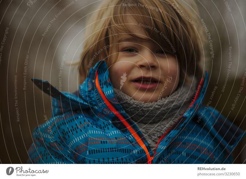 Junge im Winter Freizeit & Hobby Mensch Kind Kindheit 1 3-8 Jahre Umwelt Natur Jacke Schal Lächeln authentisch Freundlichkeit Fröhlichkeit Gesundheit Glück