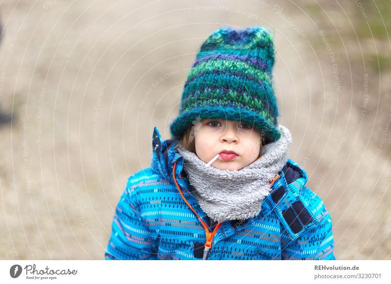 Junge mit Lolli und Mütze Kind Kindheit 1 Mensch 3-8 Jahre Umwelt Natur Winter Wege & Pfade Jacke Schal authentisch einfach klein natürlich blau Freiheit