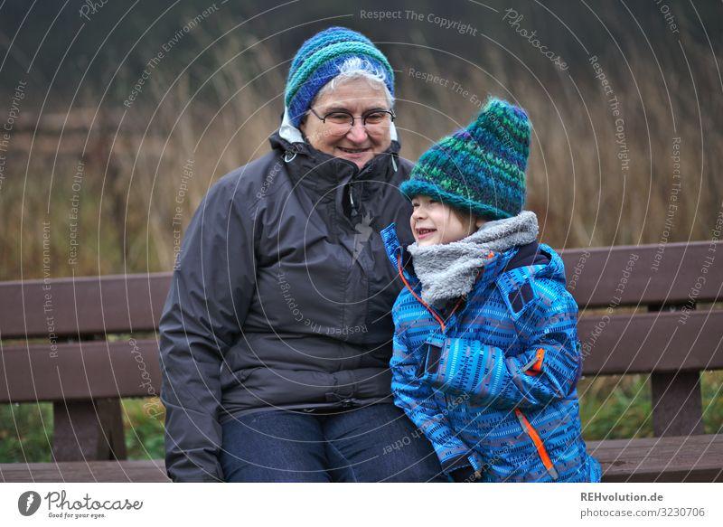 Oma und Enkel auf einer Bank Mensch maskulin feminin Kind Junge Frau Erwachsene Weiblicher Senior Großmutter Kindheit 2 3-8 Jahre 60 und älter Umwelt Natur