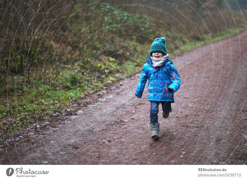 Kind rennt auf einem Waldweg Freude Glück Freizeit & Hobby Spielen Mensch maskulin Junge Kindheit 1 3-8 Jahre Umwelt Natur Landschaft Wege & Pfade Jacke Stiefel
