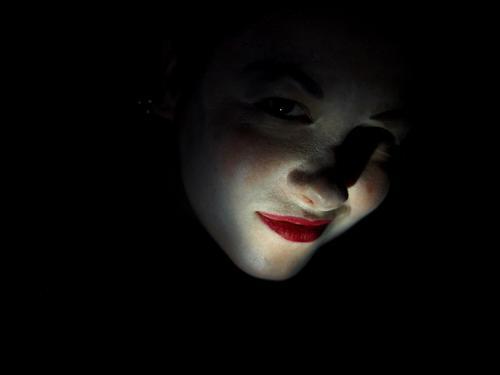 Rote Lippen verrotten Schminke weiss Gesicht Frau Jugendliche Porträt Junge Frau Lichtspiel 18-30 Jahre feminin Fleck Experiment Mensch schön