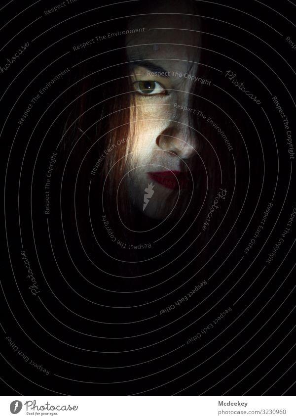 Augenschuss augen Licht Lippe rote Lippen Gesicht Porträt Frau Blick Jugendliche Junge Frau Blick in die Kamera feminin Schatten Schattenspiel Nase