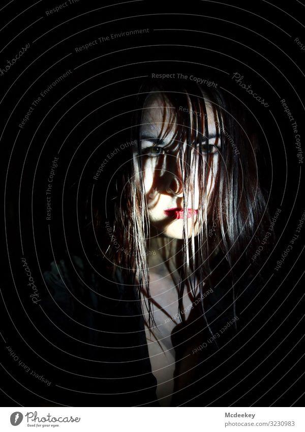 gesiebter Blick Behaarung rote Lippen Auge Blick in die Kamera Schwarzweißfoto Porträt Selfie Rampenlicht Fleck gepunktet Licht dunkel Vor dunklem Hintergrund