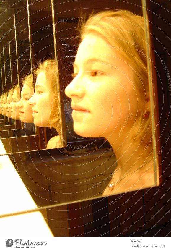 Mädchen im Spiegel Frau Bad Spiegel Tunnel Reflexion & Spiegelung Porträt