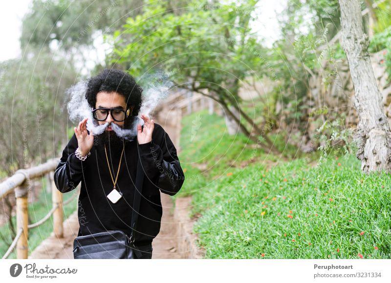Männer mit Bart und Tricks mit Rauch Lifestyle Mensch Mann Erwachsene Wolken Herbst PKW Eisenbahn Mode Bekleidung Sonnenbrille Vollbart alt Coolness stark Vaper