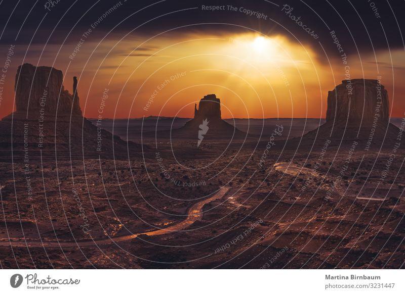 Dramatischer Sonnenaufgangshimmel im Monument Valley, Arizona Ferien & Urlaub & Reisen Tourismus Natur Landschaft Sand Himmel Wolken Horizont Hügel Felsen