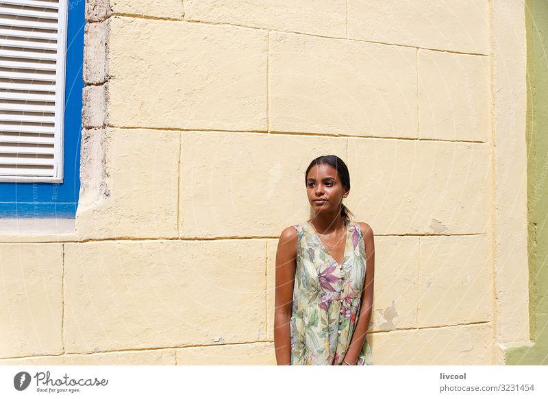 Frau Mensch Jugendliche Junge Frau blau schön grün Hand Blume schwarz Gesicht Straße Auge Lifestyle Erwachsene Leben
