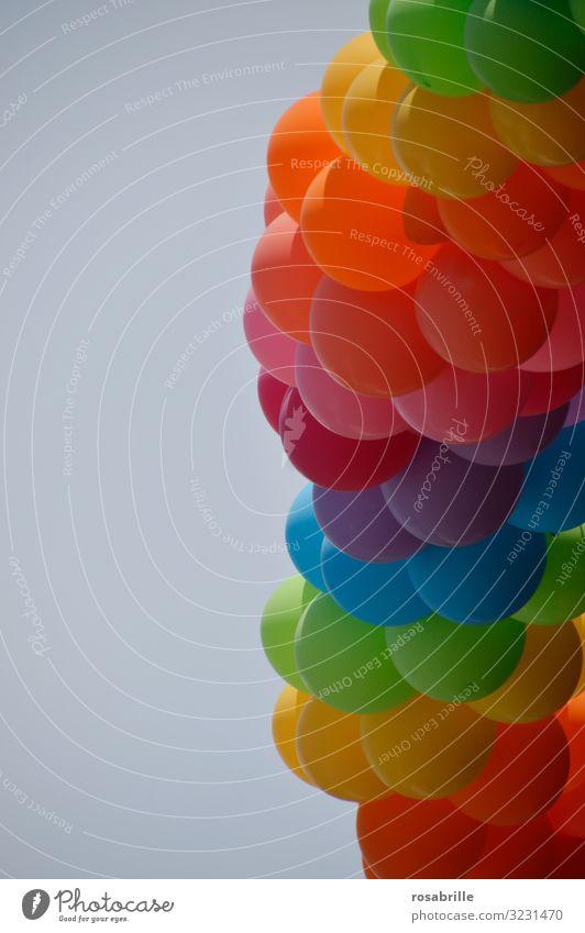 bunte Luftballons in regenbogenfarben vor strahlend blauem Himmel | abgehoben Ballon Ballons Geburtstag Fest Feier Party Event feiern froh fröhlich Spaß Helium