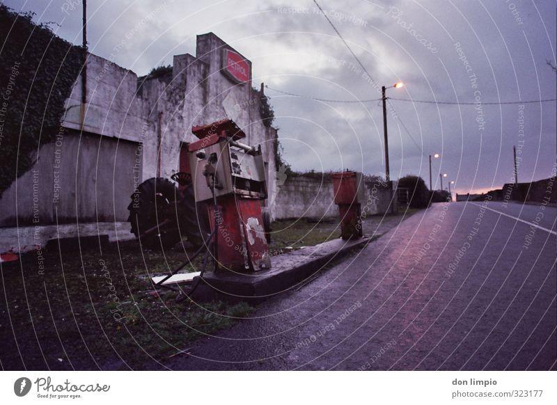 Tankstelle seit Jahren außer Betrieb Zapfsäule alt Außenaufnahme Erdöl Verkehr Textfreiraum oben Menschenleer Rohstoffe & Kraftstoffe Benzin Energiewirtschaft