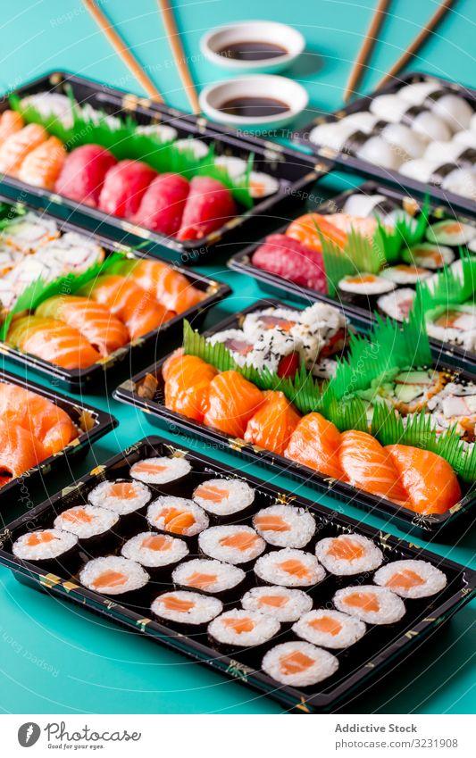 Leckere Sushi am Tisch serviert abgerollt Sushi-Platte oben Asien asiatisch Hintergrund Essstäbchen Fisch Lebensmittel frisch Feinschmecker Gesundheit Japan