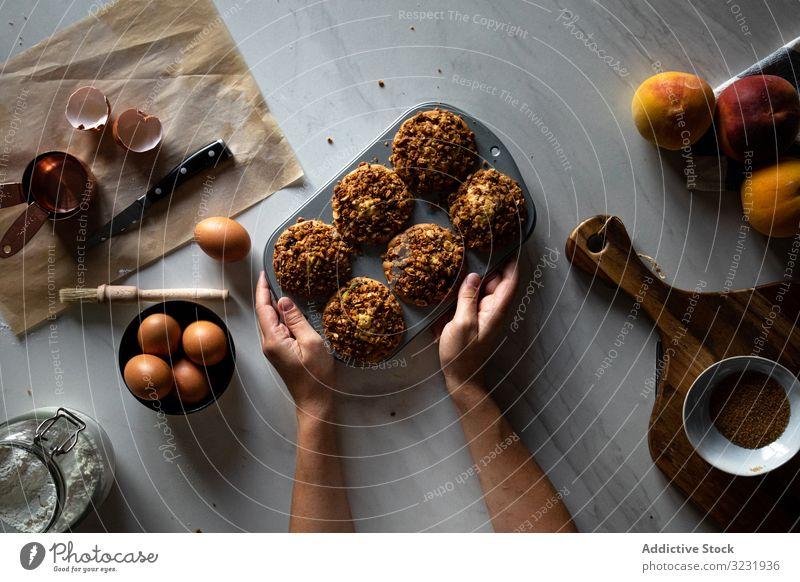 Gesichtslose Person kocht Muffins mit Nüssen selbstgemacht backen Pfirsich lecker Frucht Cupcake Dessert Lebensmittel Küche Nut Ei geschmackvoll Gebäck