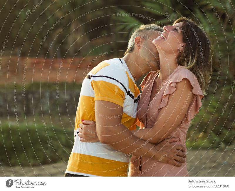 Glückliches Paar, das sich anschaut Liebe Lächeln Urlaub sonnig tagsüber Mann Frau Erwachsener Flitterwochen Sommer Natur Ufer Küste Partnerschaft Feiertag