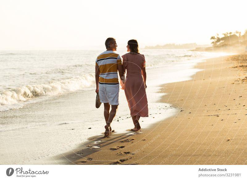 Erwachsenes Paar auf dem Weg zum Meer MEER Strand Spaziergang Sand winken Resort Zusammensein Händchenhalten Urlaub Mann Frau Erwachsener Barfuß Flitterwochen