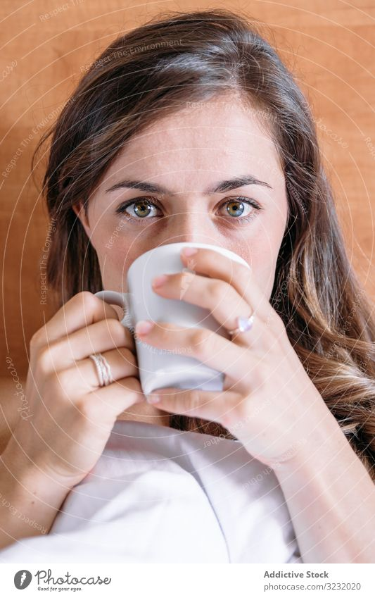 Mädchen in einem Bett mit einer Tasse Kaffee hübsch wach Freude Schönheit im Innenbereich Ansicht heimwärts liegend schlafen ruhen Lifestyle schön Aufwachen