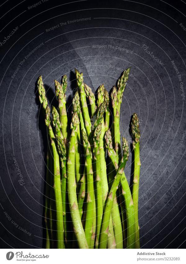 Ein Bündel grüner Spargel Haufen Gemüse Bestandteil frisch Diät Lebensmittel organisch Gesundheit Vegetarier Ernährung Ackerbau Hintergrund weiß Natur natürlich