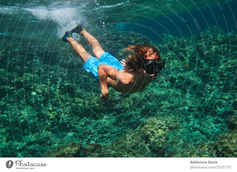 Männlicher Schwimmer schwimmt zwischen den Meereswellen Junge schwimmen unter Wasser MEER ruhig aktiv Oberfläche Training Windstille Sport Athlet Person stumm