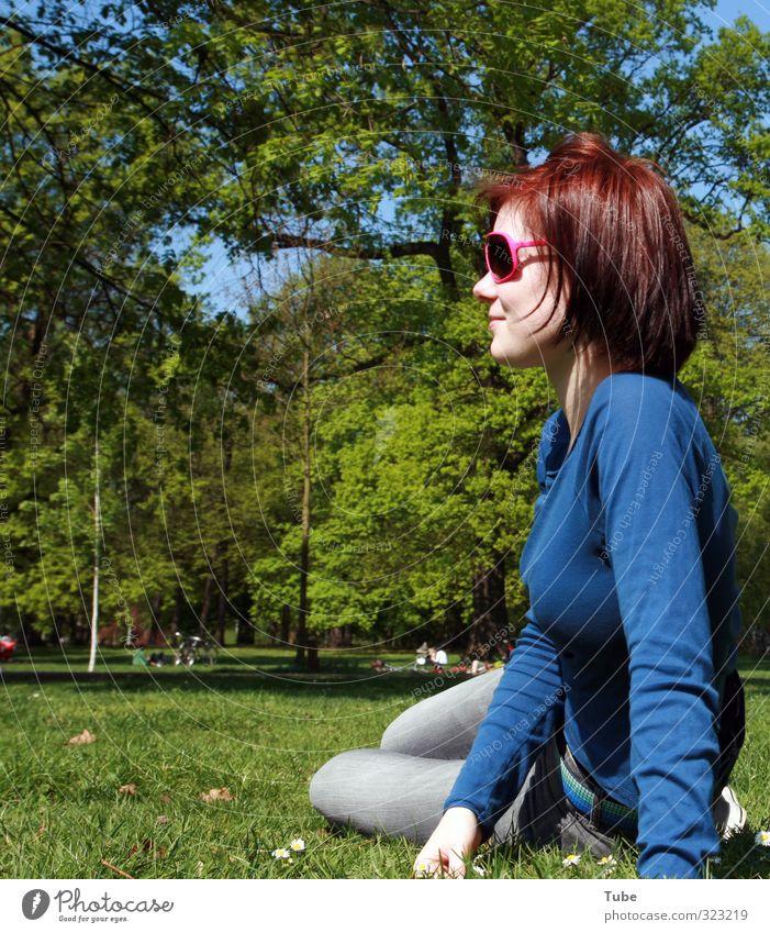 Springfever_2009 Zufriedenheit Sommer Sonne feminin Junge Frau Jugendliche Körper 1 Mensch Baum Park Wiese Sonnenbrille beobachten Erholung Lächeln Kraft