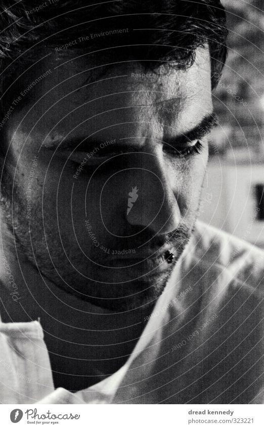 Portrait maskulin Mann Erwachsene Kopf Gesicht 1 Mensch T-Shirt Hemd schwarzhaarig kurzhaarig atmen Denken authentisch Stimmung Traurigkeit Einsamkeit