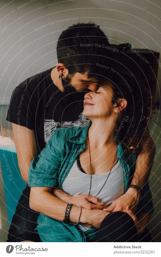 Sinnliches Hipster-Pärchen küsst und kuschelt zu Hause Paar Kuss heimwärts kuscheln umarmend sinnlich anhänglich lässig ruhen Raum modern Partnerschaft Romantik
