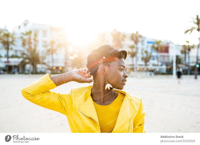 Porträt einer schwarzen Frau stylisch Afroamerikaner Jacke hell niedlich attraktiv positiv Gesundheit charmant jung hübsch modern heiter sich[Akk] entspannen