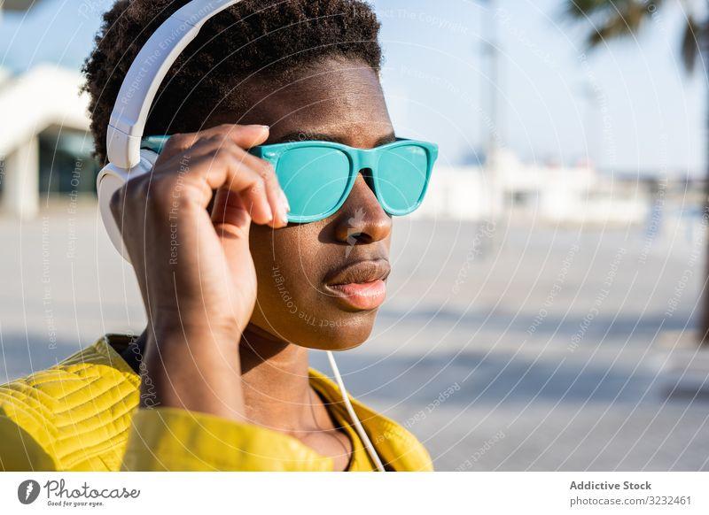 Porträt einer schwarzen Frau stylisch Afroamerikaner Jacke niedlich attraktiv positiv Gesundheit charmant jung hübsch modern heiter sich[Akk] entspannen Kälte