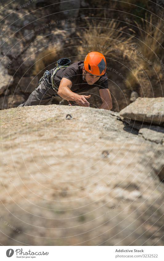 Mann klettert auf einen Felsen Sport Bergsteigen Adrenalin Aspiration männlich schwierig Stärke stark sportlich Person aktiv Himmel Aufstieg Abenteuer Natur