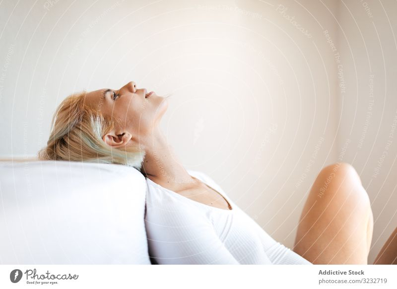 Junge Frau mit geschlossenen Augen in Bettnähe fettarm sinnlich sich[Akk] entspannen jung schlank heimwärts Komfort weich Lächeln Schlafzimmer gemütlich ruhen