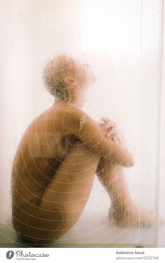 Frau hinter nassem Glas in der Dusche durchsichtig Abtrennung Bad Wasser Tropfen jung Pflege Körper Sauberkeit übersichtlich Hygiene sinnlich durchscheinend