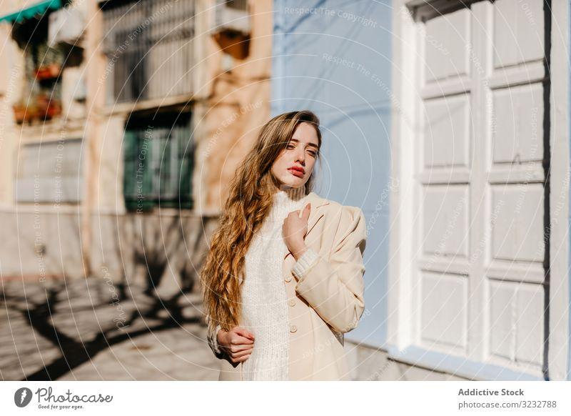 Sinnliche Frau steht in der Nähe der Fenster auf der Straße stylisch Gebäude sonnig Schutz jung sinnlich urban Mode Model cool trendy Deckung Bluse elegant Dame