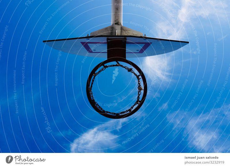 Basketballkorb-Silhouette und blauer Himmel, Straßenkorb in der Stadt Bilbao Spanien Reifen Korb kreisen anketten metallisch Netz Sport Sportgerät spielen