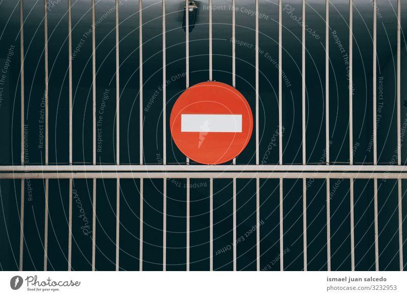 Verbot der Ampel auf der Straße in der Stadt Bilbao Spanien Verkehrsgebot signalisieren verboten Regie Ermahnung Großstadt Verkehrsschild Zeichen Symbol Weg