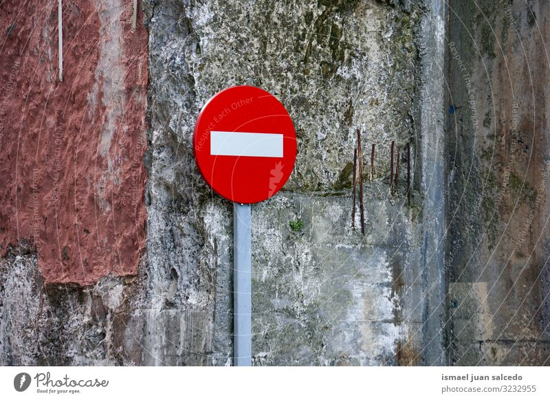verbotene Ampel auf der Straße in Bilbao Stadt Spanien Verkehrsgebot Signal Verbotsschild stoppen Regie Hinweisschild Großstadt Verkehrsschild Zeichen