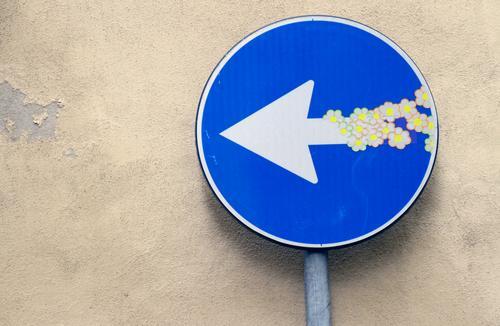 Straßenschild mit Blumen-Stickern blau Freude Blüte lustig Wege & Pfade Glück Kunst Spielen grau Fröhlichkeit Lebensfreude Freundlichkeit Stadtzentrum